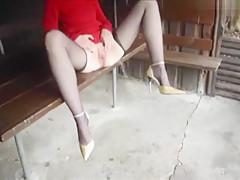 Mit weitgespreizten Beinen...
