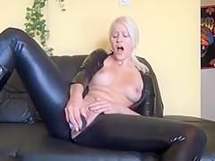 Blonde lady masturbates in Latexsuit