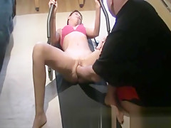 Fisting his wifes pussy while she worksout