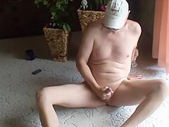 Nackedei wichst auf dem Teppich 02