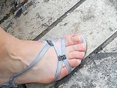 pieds à la grec d'orléanaise, petits pouces de pied, smelling feet
