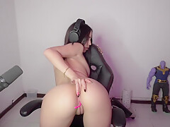 Gamer girl trying to twerk
