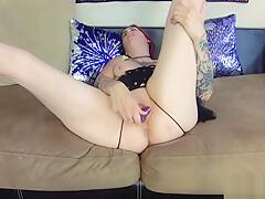 Sexy gamer Milf cums on dildo for webcam show