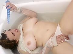 Filming a chubby angel having fun in the tub-