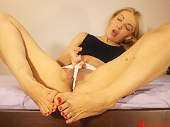 HOT MOMMY IN BLACK LEGGINGS SHOW SEXY FEET WITH RED TOENAILS AND PUSSY