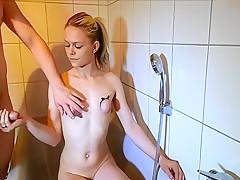Abgebundene Titten angepisst und angewichst