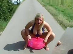 Mitten auf der Strasse mit dem Fick-Kissen
