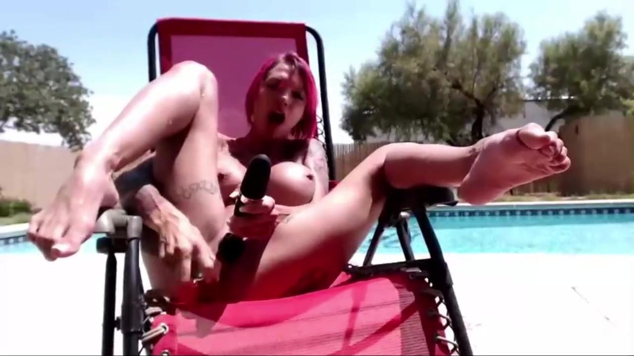 Chatrubate slut fucks with glass dildo