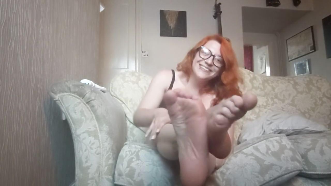 Pixie Nixx Moisturises her Sexy Feet and Shakes her Booty