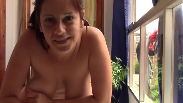 Mastubierende Frau vor dem Fenster